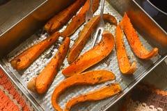 南瓜切片烘烤了与芳香草本和菜油 库存图片