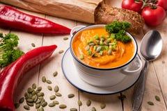 南瓜制成菜泥与菜和面包的汤 免版税图库摄影
