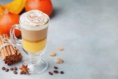 南瓜加了香料拿铁或咖啡在玻璃与空间食谱的 秋天、秋天或者冬天热的饮料 库存照片