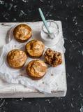 南瓜和乳脂干酪漩涡松饼和希腊酸奶 可口早餐或快餐 在黑暗的背景,顶视图 免版税库存图片