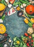 南瓜和其他有机收获菜和成份与烹调匙子在土气背景,顶视图 免版税图库摄影