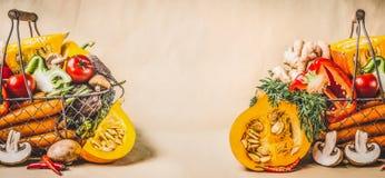南瓜和有机季节性收获菜素食和健康烹调的,正面图 免版税图库摄影