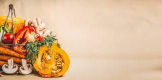 南瓜和有机季节性菜素食和健康烹调的,正面图 免版税库存照片