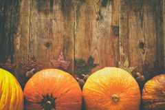南瓜和秋叶在木背景 感恩和万圣夜概念 顶视图 库存照片