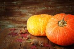 南瓜和秋叶在木背景 感恩和万圣夜概念 顶视图 库存图片