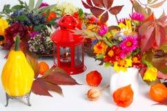 南瓜和秋天果子当桌装饰 库存照片