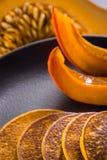 南瓜在板材的被烘烤的薄煎饼 免版税图库摄影