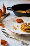 南瓜在板材的被烘烤的薄煎饼 图库摄影