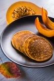 南瓜在板材的被烘烤的薄煎饼 库存照片