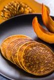 南瓜在板材的被烘烤的薄煎饼 免版税库存照片
