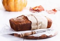 南瓜在白色木背景的面包大面包 免版税库存图片