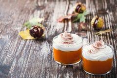 南瓜奶油甜点自创秋天点心与打好的奶油的 免版税库存图片