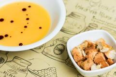 南瓜奶油色汤用油煎方型小面包片 库存照片