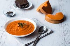 南瓜奶油色汤 健康吃,节食,素食厨房和烹调概念 库存图片