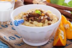 南瓜小米粥用苹果和葡萄干 免版税库存图片