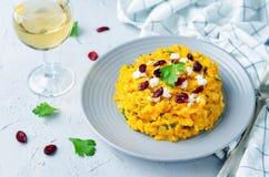 南瓜意大利煨饭用干蔓越桔和山羊乳干酪 库存照片