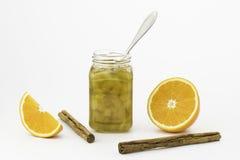 南瓜有一个生来有福、cinnamons棍子和橙色切片的果酱瓶子 免版税图库摄影