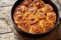 南瓜桂香面团小圆面包卷自创被烘烤的美好的秋天点心漩涡 免版税库存图片