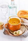 南瓜汤用在白色背景的面包 库存图片