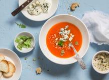 南瓜汤用在蓝宝石背景的青纹干酪 免版税库存图片