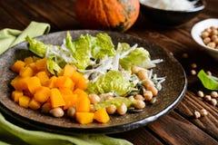 南瓜沙拉用鸡豆、萝卜、莴苣和种子 免版税库存照片