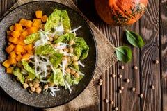 南瓜沙拉用鸡豆、萝卜、莴苣和种子 免版税图库摄影