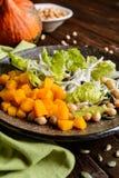 南瓜沙拉用鸡豆、萝卜、莴苣和种子 免版税库存图片