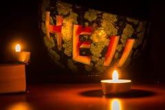 南瓜用在黑暗的蜡烛雕刻了并且装饰了 免版税库存图片