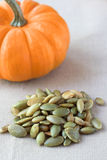 南瓜盐味的种子 免版税库存图片