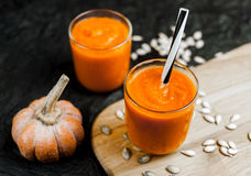 南瓜纯汁浓汤和种子 免版税库存照片