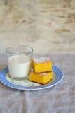南瓜蛋糕和一杯片断牛奶 免版税库存图片