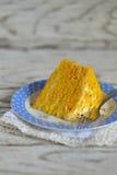 南瓜蛋糕片断在葡萄酒板材的 免版税图库摄影