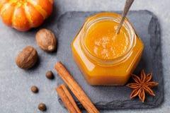 南瓜蜜饯,果酱,调味汁用在石台式视图的香料 库存图片