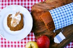 南瓜面包重糖重油蛋糕切与酸性稀奶油和桂香 免版税图库摄影