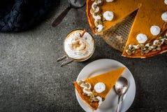 南瓜饼、果子馅饼和拿铁 免版税图库摄影