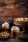 南瓜饼、果子馅饼和拿铁 免版税库存图片