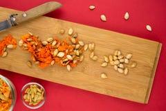 南瓜骨肉和种子垂直的看法在切板 免版税库存图片