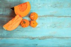 南瓜麝香葡萄,简单和装饰在土气蓝色木背景 健康饮食,素食概念 库存图片