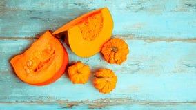 南瓜麝香葡萄,简单和装饰在土气蓝色木背景 健康饮食,素食概念 库存照片