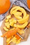 南瓜,被剥皮和裁减入小片断烹调南瓜汤 库存照片