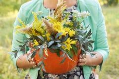 南瓜 花束 容易秋天的看板卡编辑节假日修改导航的花 女孩 自然 万圣节 库存图片