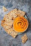 南瓜hummus用橄榄油和黑芝麻籽晒干了用整个五谷薄脆饼干 健康素食开胃菜或快餐 免版税图库摄影