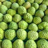 南美番荔枝在市场上是美好的背景 免版税库存图片