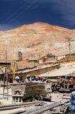 从南美的矿工在工作在矿 库存照片