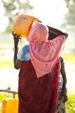 南苏丹人妇女喝 免版税库存照片