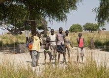 南苏丹人孩子和井 免版税库存照片