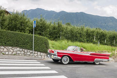 南蒂罗尔Rallye 2016_Ford Galaxie Convertible_front_side 库存照片