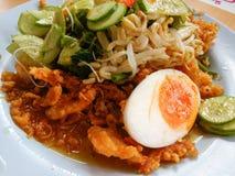 南部泰国沙拉包括煮沸的鸡蛋、油煎的大虾、米细面条、黄瓜、牵牛花、豆芽和调味汁 免版税图库摄影