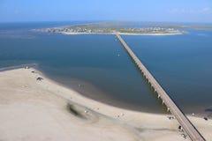 南部的得克萨斯海岸线的鸟瞰图,往圣路易斯通行证的加尔维斯顿岛,美利坚合众国 库存照片