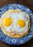 南部的样式沙粒服务用两个晴朗的边煎蛋 免版税库存图片